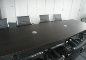 Konferenztisch mit versenkbaren Steckdosen